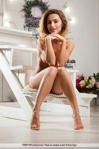 Sexy Babe Rena Shows Ber Nice Body