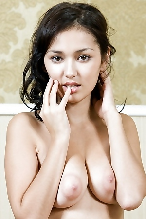 Curvy Beauty Sian A Showing Her Nice Trimmed Pussy