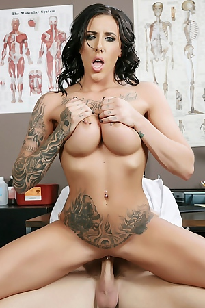 Tatooed Milf Austin Lynn Sucking