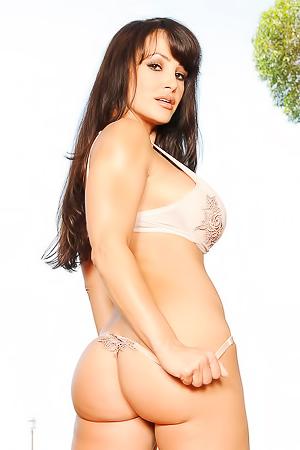 Lisa Ann Pornstar With Amazing Body Posing Naked