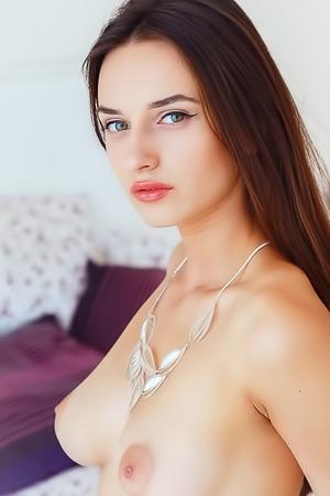Petite Elegant Babe Gloria Sol