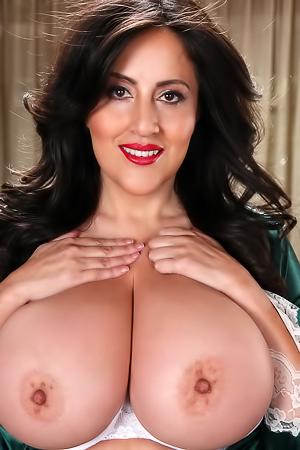 Busty Antonella Kahllo
